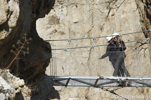 Антонио Бандерас и Николь Кимпел на экстремальной прогулке в Испании