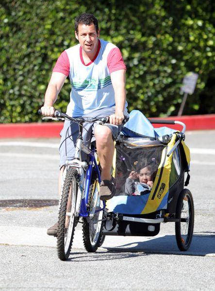 Адама Сэндлер  со своими дочками в Санта-Монике