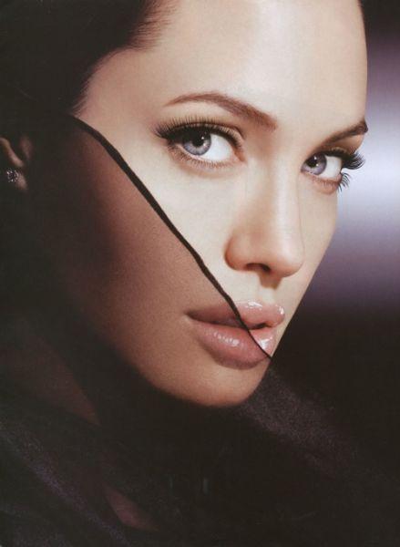 Пародия на Анджелину Джоли
