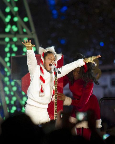 Выступление Уиллоу Смит на Holiday Tree Lighting