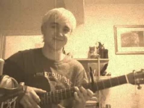Видео: Том Фелтон поет и играет на гитаре