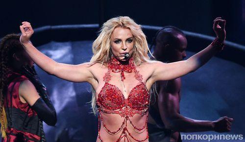 Танцоры и охранники спасли Бритни Спирс от нападения во время ее концерта (видео)
