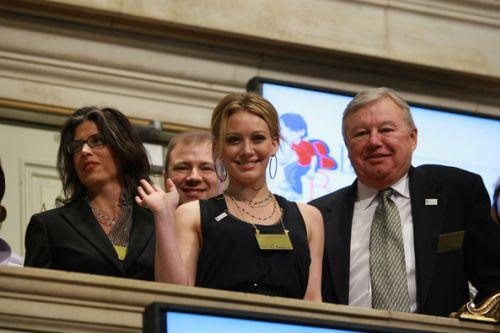 Хилари Дафф подает звонок на Нью-Йоркской Фондовой бирже