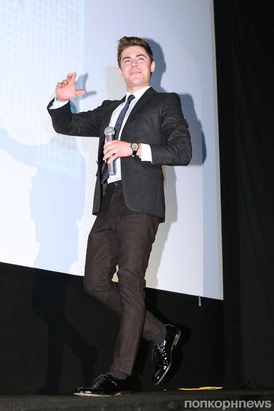 """Зак Эфрон на премьере фильма """"Старый"""" новый год"""" в Токио"""