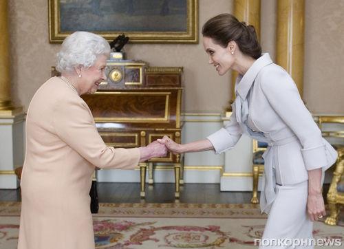 Анджелина Джоли получила орден из рук Елизаветы II