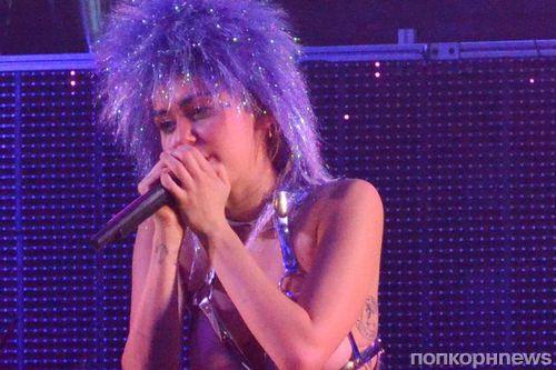 Майли Сайрус выступила на своем концерте обнаженной