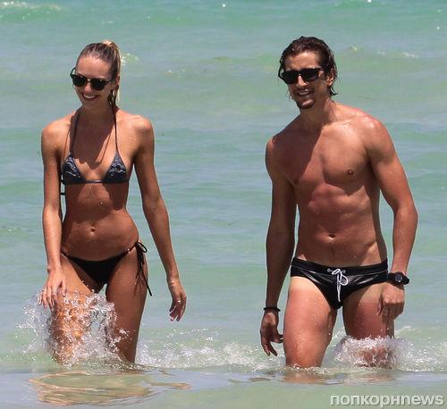 Кэндис Свэйнпоул на пляже в Майами