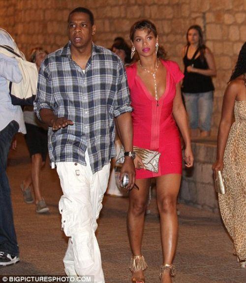 Охрана Бейонсе и Jay-Z бьет папарацци