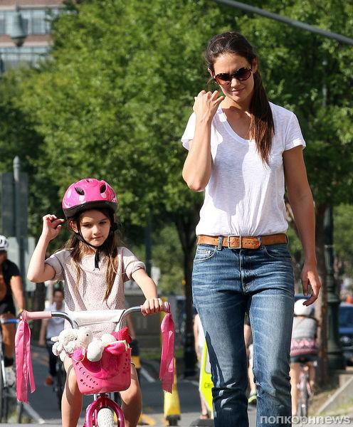 Сури Круз учится кататься на велосипеде