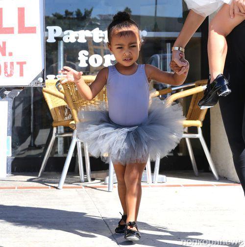 Дочь Ким Кардашьян отругала папарацци