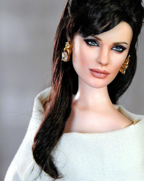 Анджелина Джоли станет говорящей куклой