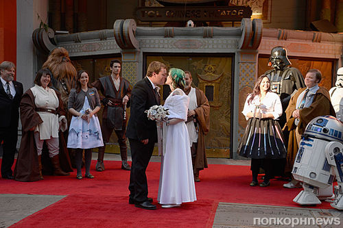 Фото: фанаты «Звездных войн» поженились в очереди во время премьеры