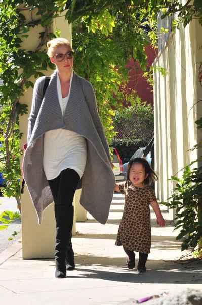 Кэтрин Хайгл с дочкой по пути в библиотеку