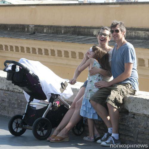 Милла Йовович с семьей в Риме