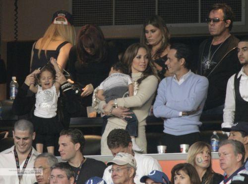 Дженнифер Лопес с мужем и детьми на игре Суперкубка