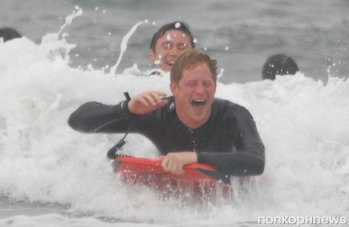 Принц Гарри и принц Уильям ловят волну