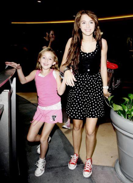 Чему учит Майли Сайрус свою младшую сестренку?