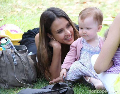 Джессика Альба в парке с семьей