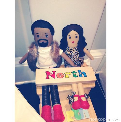 Норт Уэст играет кукольными версиями своей семьи