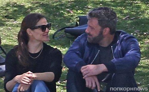 Вопреки разводу: Дженнифер Гарнер и Бен Аффлек улыбаются друг другу на бейсбольном матче сына