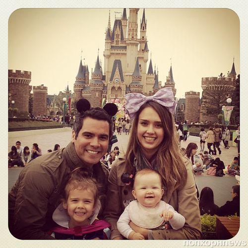Джессика Альба с семьей в Диснейленде Токио