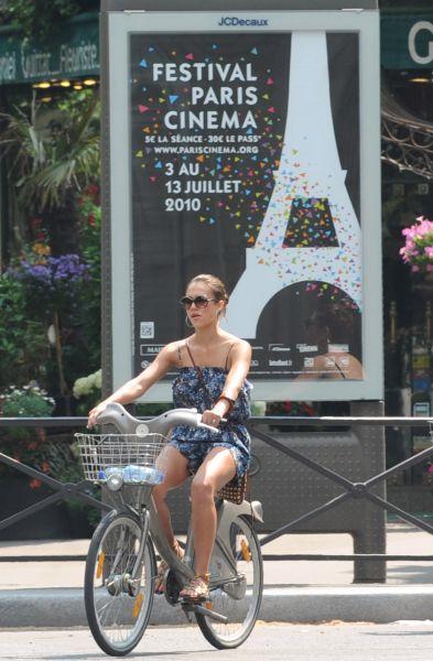 Джессика Альба в Париже на велосипеде