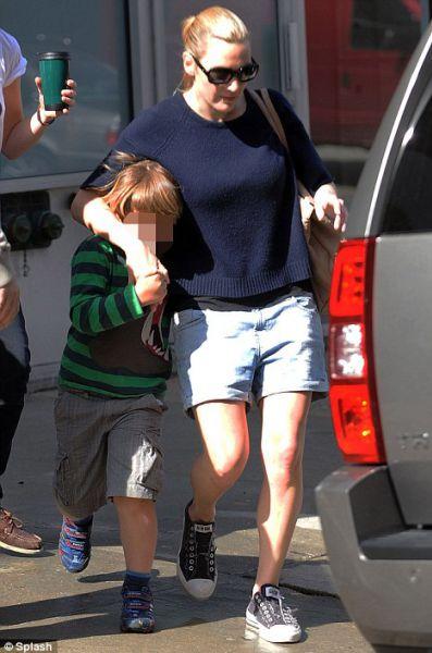 Кейт Уинслет направляется с сыном в кино