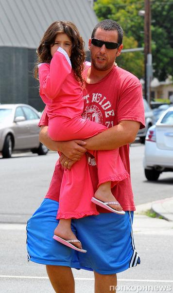 Адам Сэндлер надевает шорты, чтобы позлить дочек