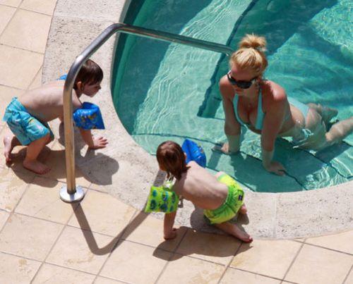 Бритни Спирс отдыхает у бассейна