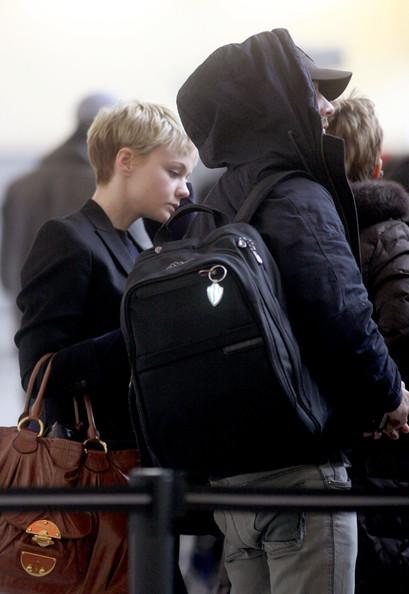 Шайа ЛаБаф и Кэри Маллиган в аэропорту Нью-Йорка. 3 марта