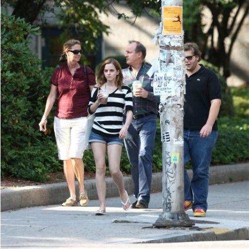 Студенты Гарварда преследуют Эмму Уотсон