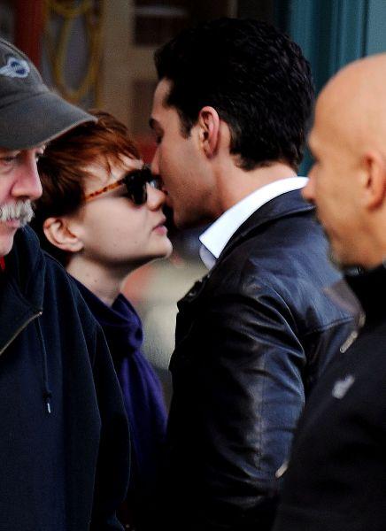 Шайа ЛаБаф со своей девушкой на съемочной площадке «Уолл-стрит 2»