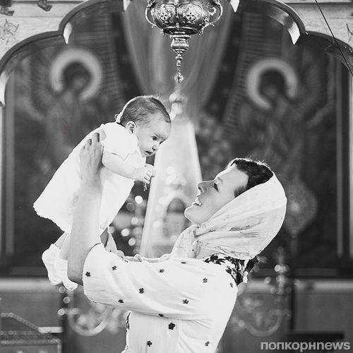 Мила Йовович показала фото с крещения двухмесячной дочери