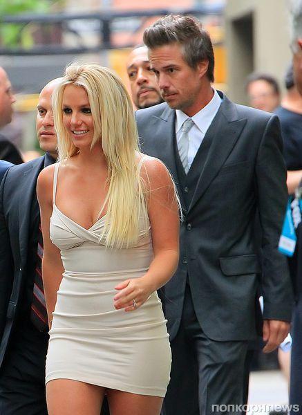 Бритни Спирс бьёт клюшкой для гольфа всё что угодно, кроме мяча