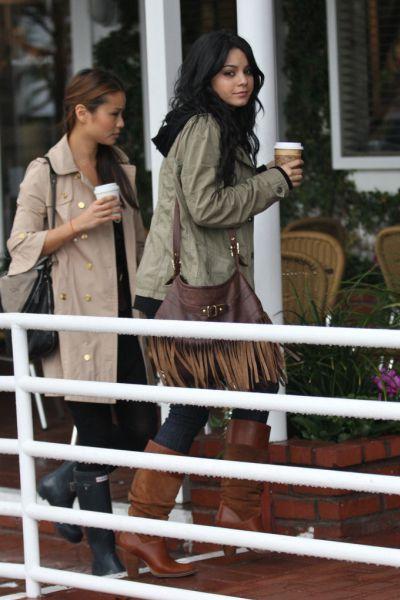 Ванесса Хадженс с подругой делает покупки. 21 января