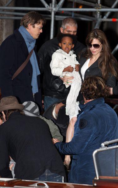 Анджелина Джоли и Брэд Питт с детьми на очередной прогулке на лодке