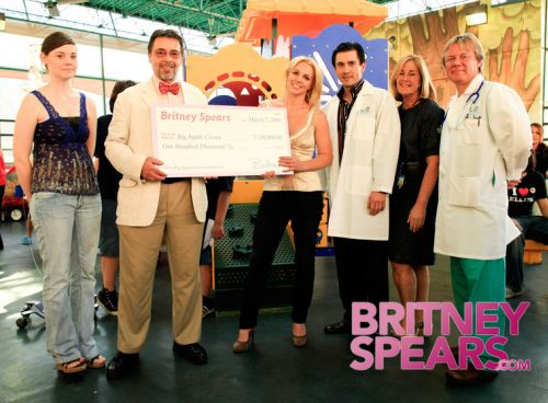 Бритни Спирс в детском госпитале в Майами