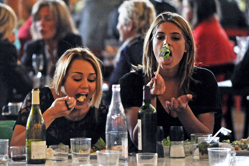 Майли Сайрус и Эшли Грин ужинают вместе