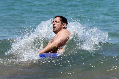Адам Сэндлер на пляже