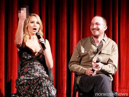 Дженнифер Лоуренс показала средний палец хейтерам «мамы!»