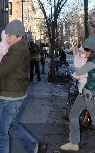 Сара Джессика Паркер и Мэттью Бродерик гуляют с близняшками
