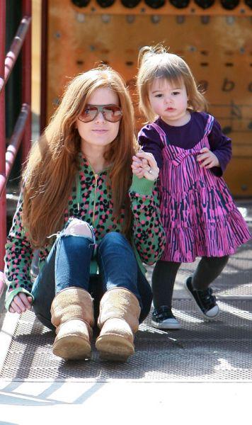 Айла Фишер с дочерью на прогулке