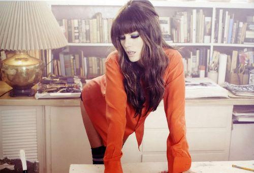 Фотосессия Кейт Бекинсэйл в красной блузке