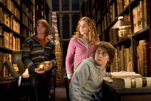 "Cценарий ""Гарри Поттера"" нашли в баре"