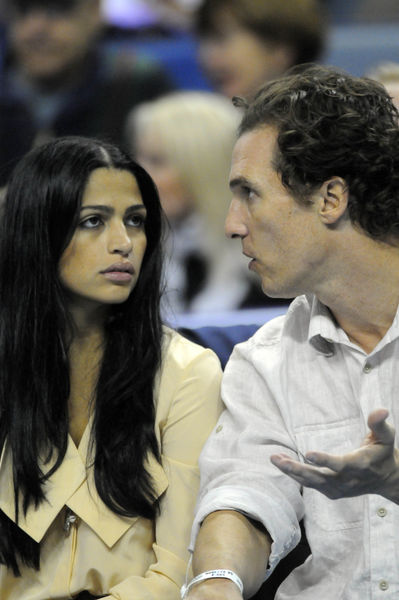 Мэттью МакКонахи и Камилла Альвес на игре NBA