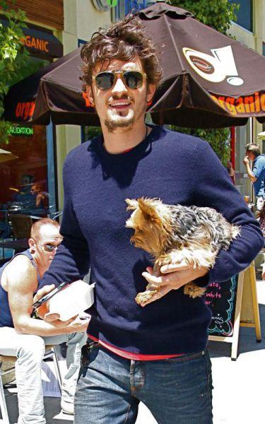 Орландо Блум гуляет с собачкой своей девушки