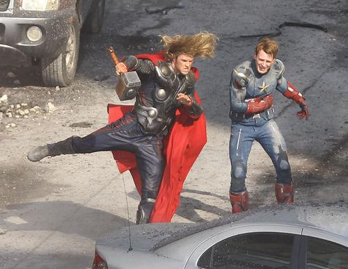 """Крис Хемсворт и Крис Эванс на съемках фильма """"Мстители"""""""