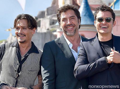 Джонни Депп, Хавьер Бардем и Орландо Блум на премьере «Пиратов Карибского моря 5» в парижском Диснейленде