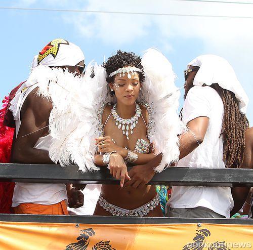 Рианна на праздничном карнавале