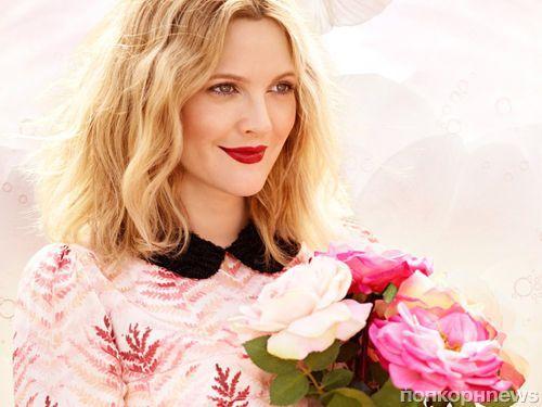 Первый взгляд на Дрю Бэрримор в рекламе ее новой линии косметики Flower Cosmetics